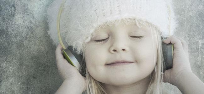 nina-escucha-musica-cascos-p